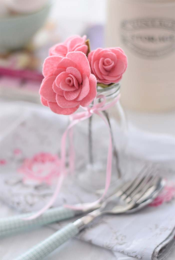 Artesanato em feltro: flores de feltro decorando a mesa