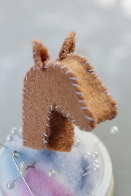 Artesanato em feltro: perfil de um cavalo no porta-alfinetes