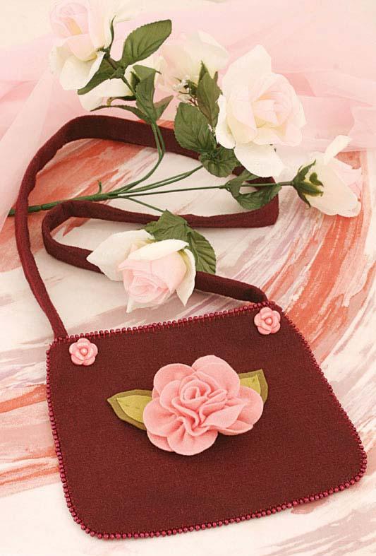 Bolsa com aplicação de rosa, ambas em feltro
