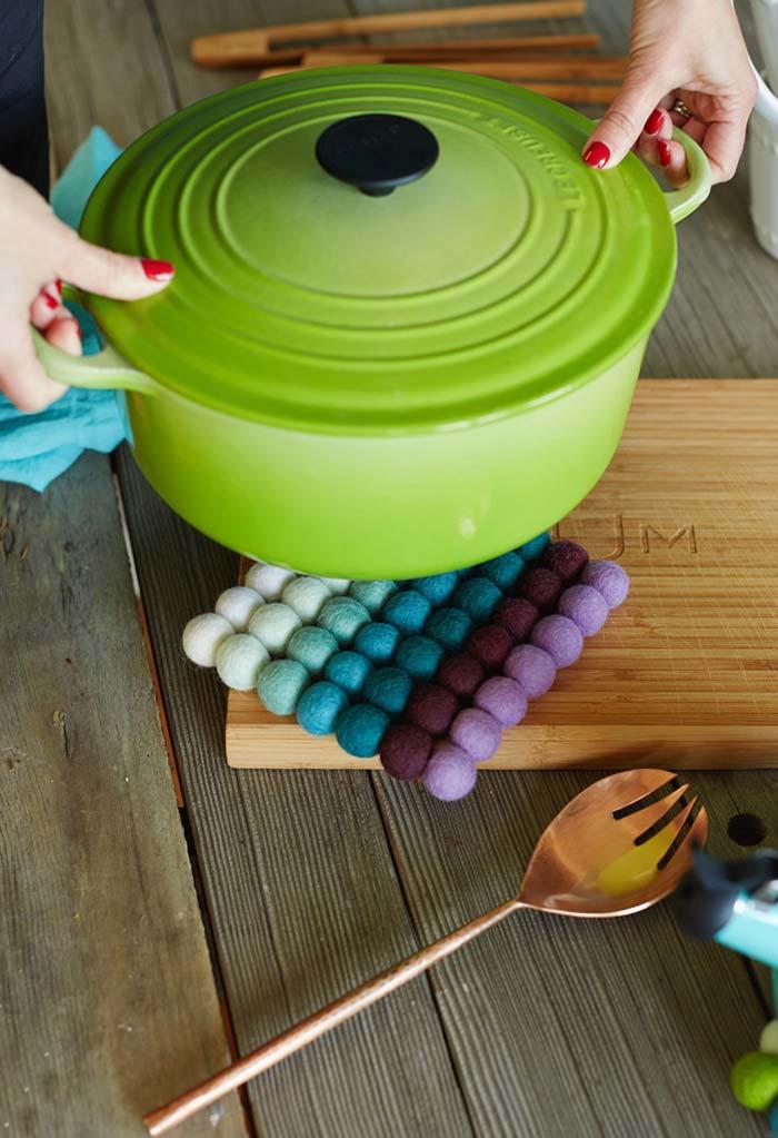 Artesanato em feltro: bolinhas de feltro para o descanso de panela
