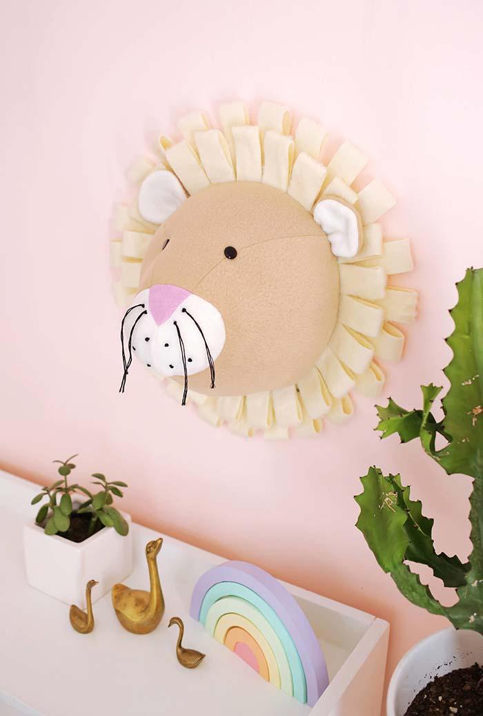 Cabeça de leão de parede em feltro