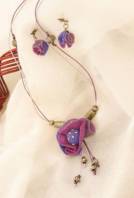 Conjunto de colar e brincos feito de feltro