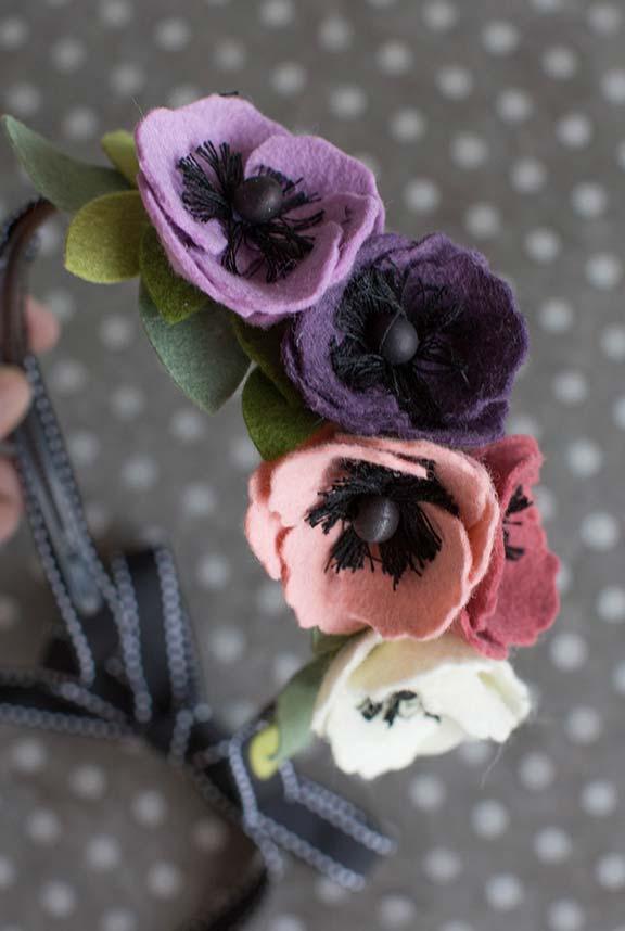 Artesanato em feltro: alça da bolsa decorada com flores de feltro