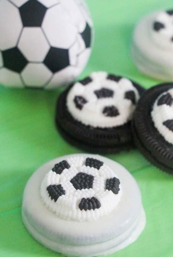 bolachinhas confeitadas em formato de bolas de futebol