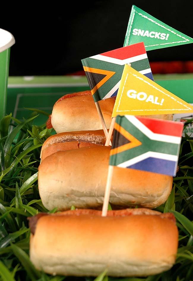 Plaquinhas com bandeiras e gritos de torcida em palitos de madeira para espetar seus snacks
