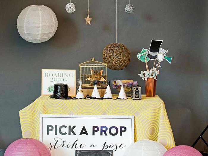 Escolha um acessório e faça uma pose: mesa especial para plaquinhas e acessórios para fotos