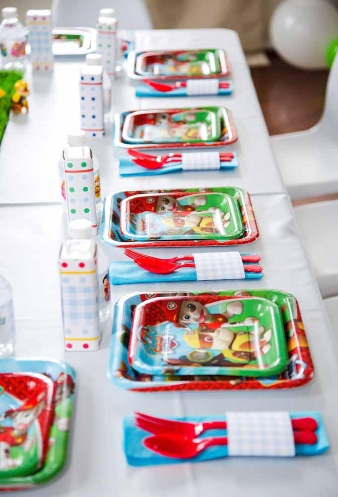 E como este tema está em alta entre as crianças, você pode encontrar conjuntos decorativos completos, com copinhos, talheres e pratinhos da Patrulha Canina