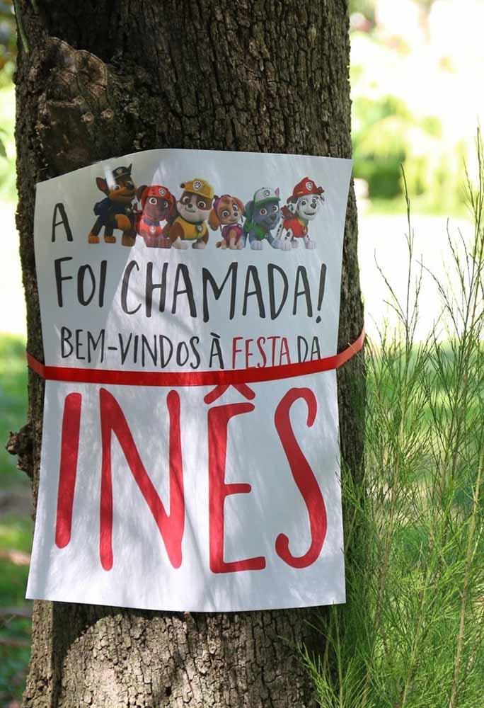 Festa patrulha canina simples e barata: cartaz de convocação da Patrulha Canina para a sua festa como mensagem de entrada para o salão ou casa