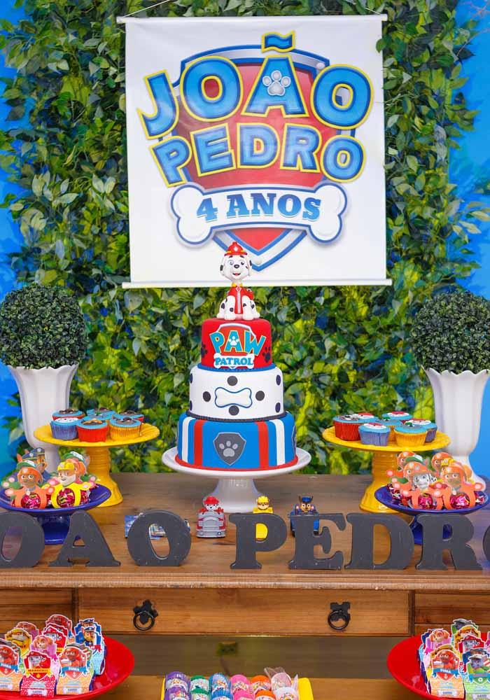 Banner temático da Patrulha Canina do aniversariante: um detalhe a mais para a decoração da mesa principal da festa