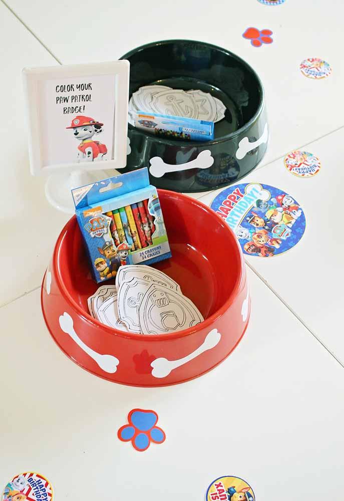 Tigelinhas de ração como tigelas para armazenar itens pequenos para suas atividades: aqui, giz de cera e distintivos prontos para serem coloridos e personalizados