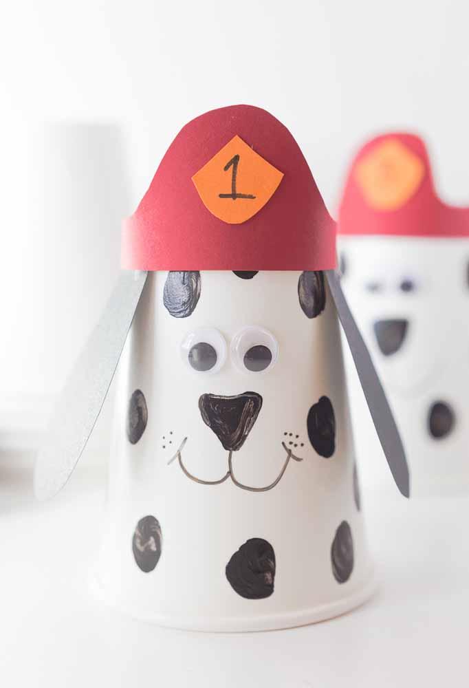 Mais atividades para despertar a criatividade das crianças durante a festa: crie seu próprio Marshall, o dálmata bombeiro, com copinhos de papel, cartolina e canetinhas