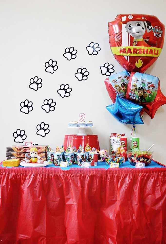 Uma ideia de festa Patrulha Canina pequena, mas cheia de criatividade e diversão para a mesa principal