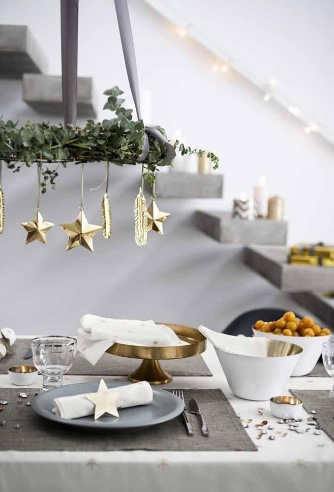 Faça um arco suspenso em cima da mesa e coloque algumas estrelinhas penduradas
