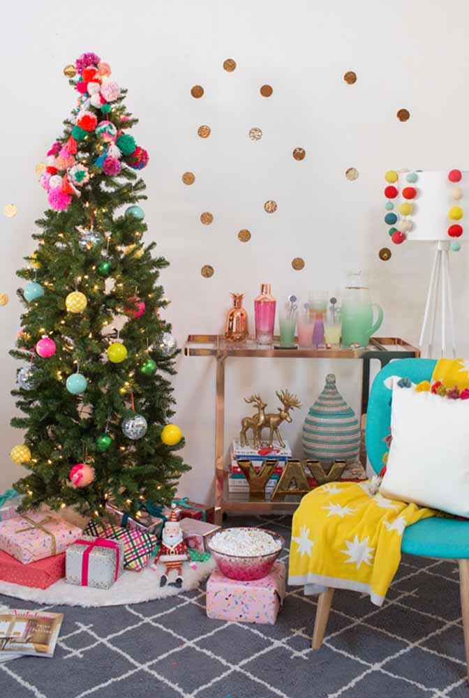 Brinque com enfeites coloridos na hora de fazer a decoração de natal