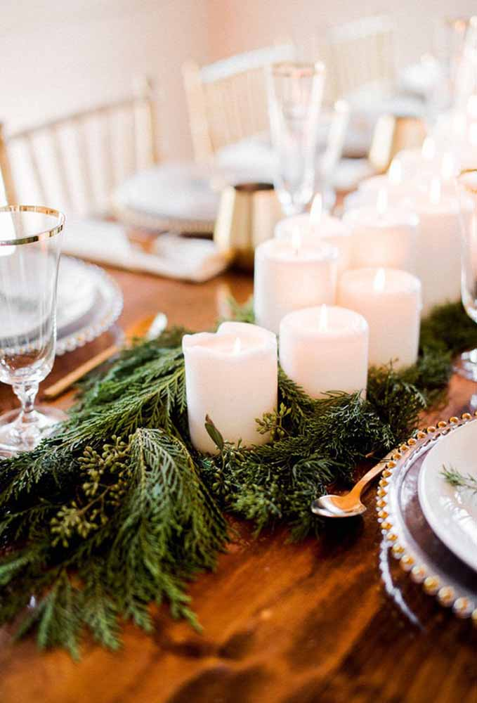 Quer fazer uma decoração simples no centro de mesa? Coloque folhas de pinheiro e velas