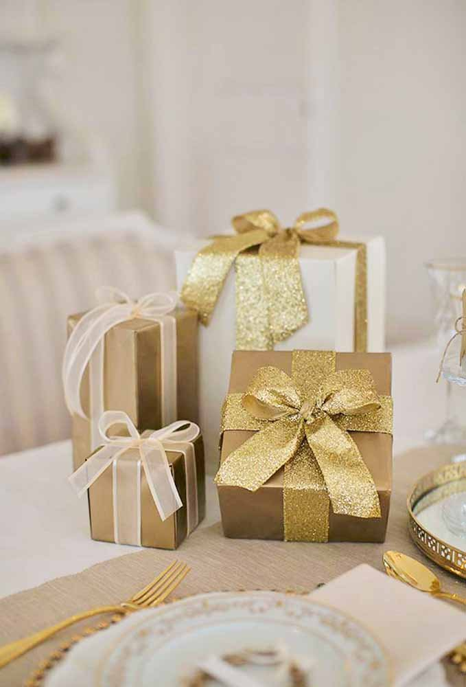 Enfeite as caixas de presentes com laços luxuosos