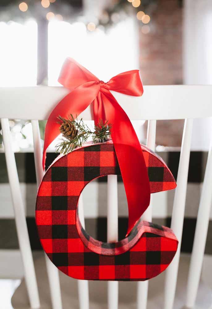 Para identificar os convidados, coloque a primeira letra do nome nas cadeiras