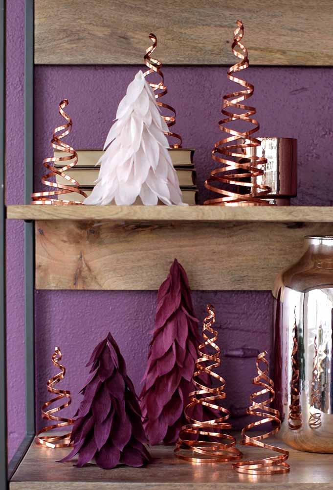 Mas para ficar um luxo só, faça pequenas árvores usando as cores roxa e dourada