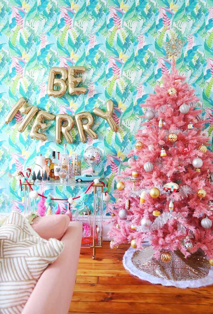 A árvore toda rosa fez uma combinação perfeita com esse papel de parede