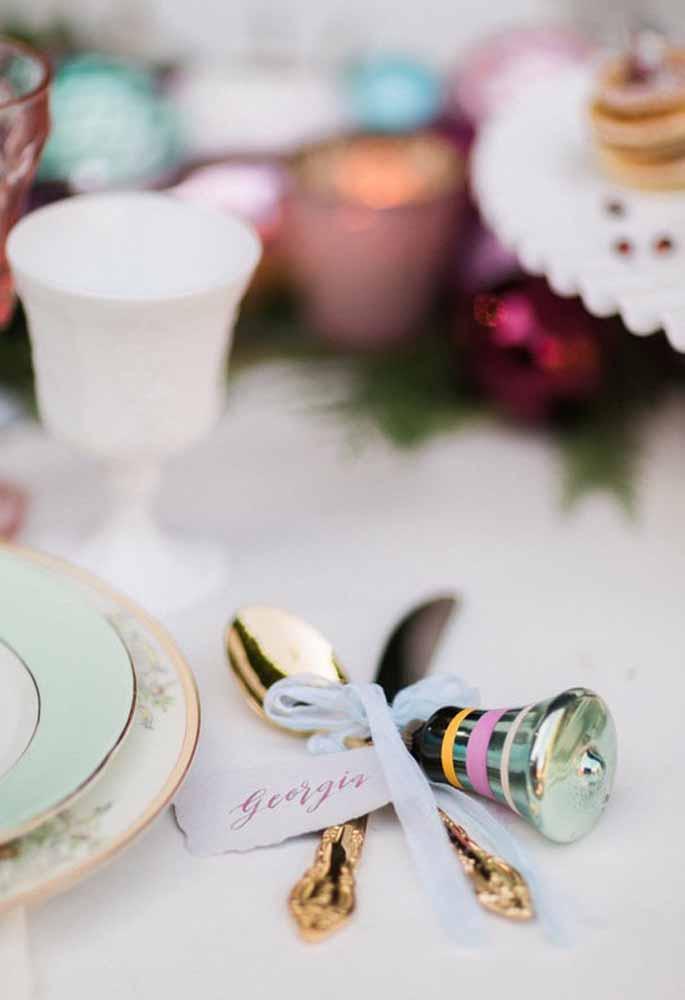 Um enfeite simples e lindo para entregar os talheres aos convidados