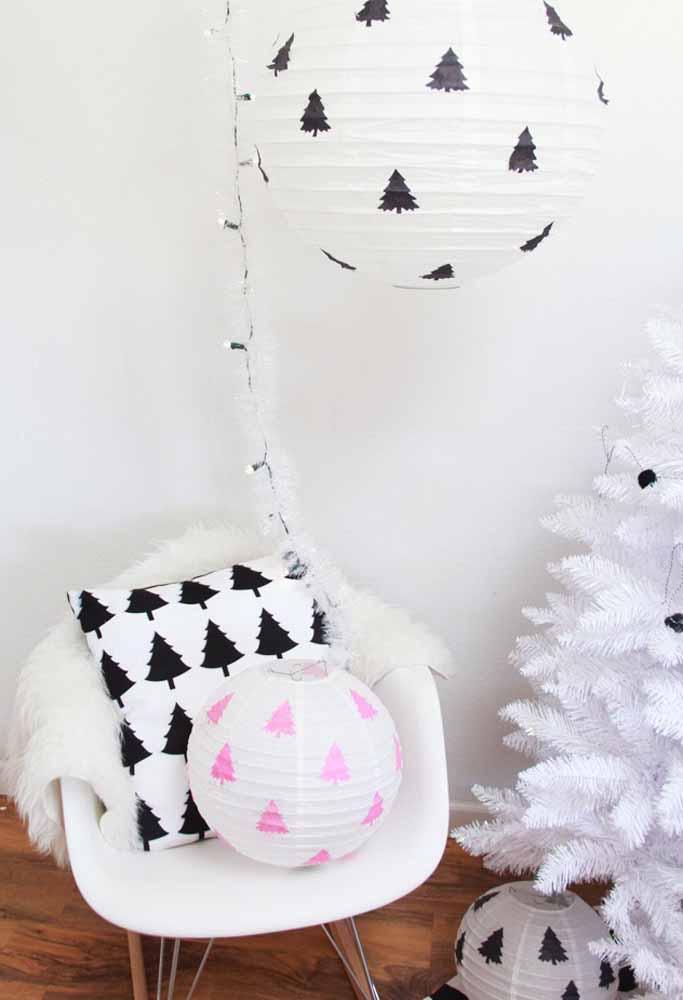 Aposte em balões grandes para enfeitar a casa no natal