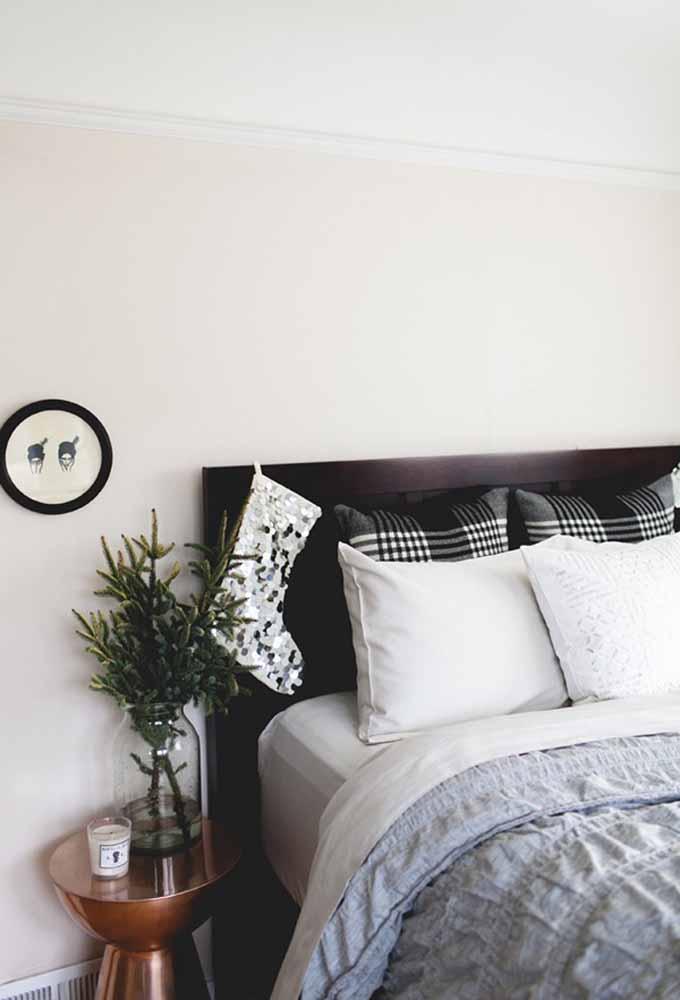 Faça uma meia sensacional para colocar na cabeceira da cama. Assim você garante que o papai noel vai passar por lá