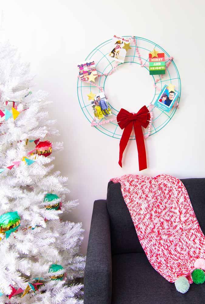 Ao invés de colocar os cartões de natal na árvore, faça um arco diferente e pendure nele