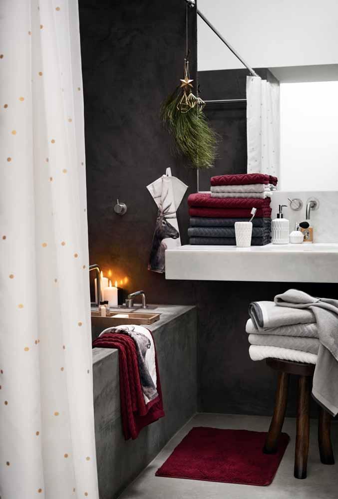 Coloque algumas velas no banheiro para acompanhar a decoração da casa
