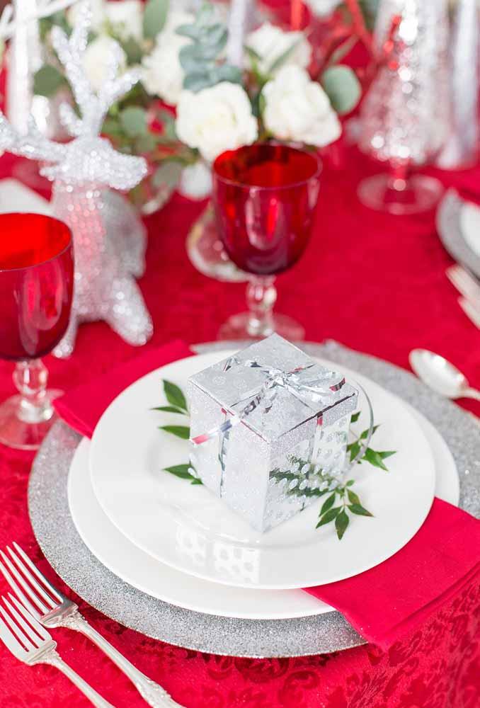 Coloque a lembrança dos convidados no prato antes de servir a ceia. Além de mostrar que você lembra deles, o objeto completa a decoração da mesa