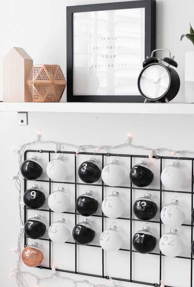 Use algumas bolas de natal para formar um painel diferente