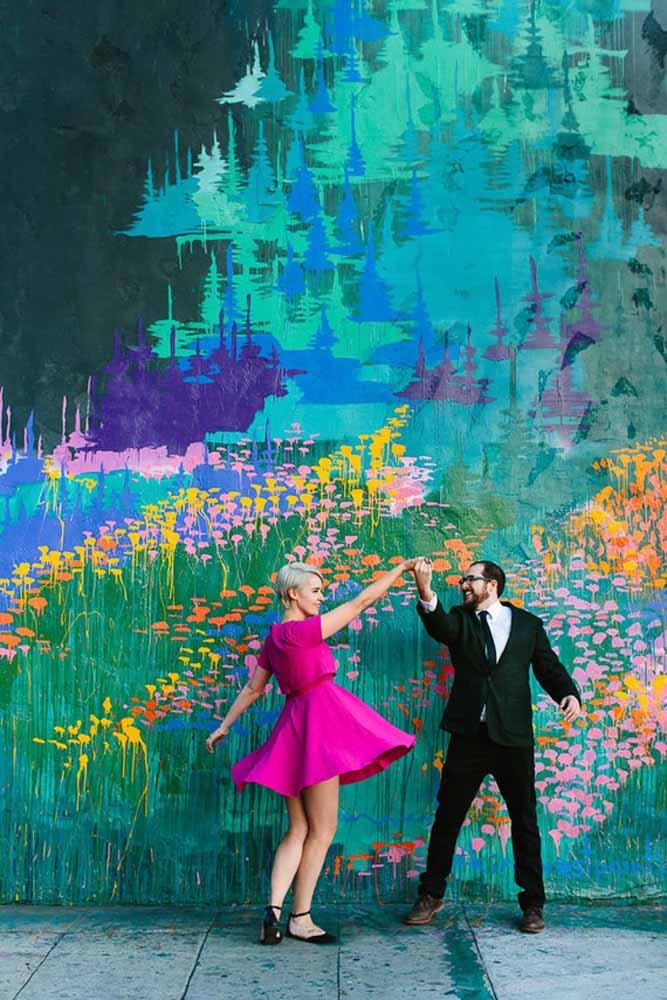 Um painel colorido e uma dança especial: receita para uma foto linda e autêntica