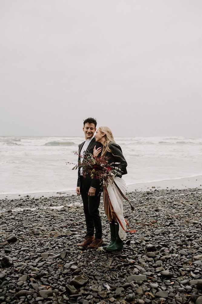 E mesmo um dia cinzento na praia consegue ficar incrível em um pré-wedding bem produzido