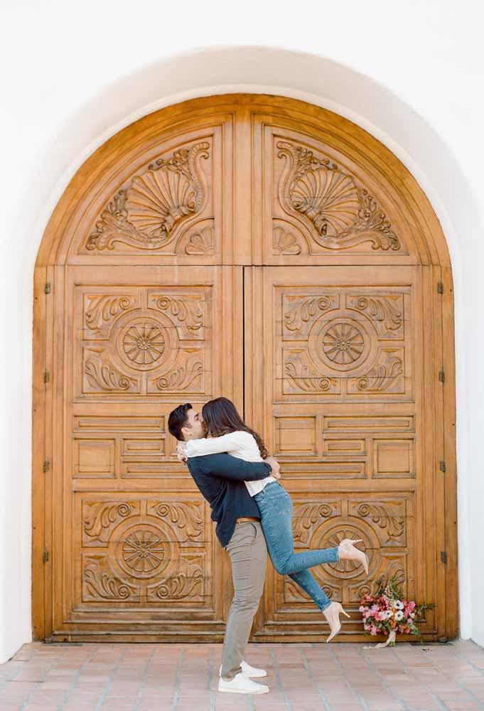 A porta da igreja – ainda fechada – também pode entrar no cenário do pré-wedding