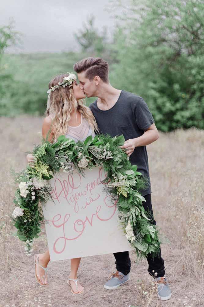 Uma mensagem de amor ou a letra de uma música que marcou a história dos noivos também pode ser usada no pré-wedding
