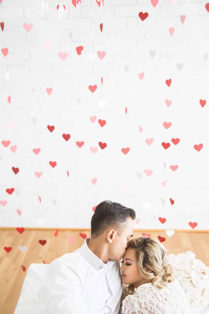 Chuva de corações sobre o casal apaixonado
