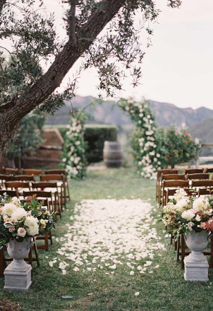 No casamento rústico, a cerimônia feita ao ar livre é mais charmosa, principalmente, porque dá para usar e abusar de arranjos florais.