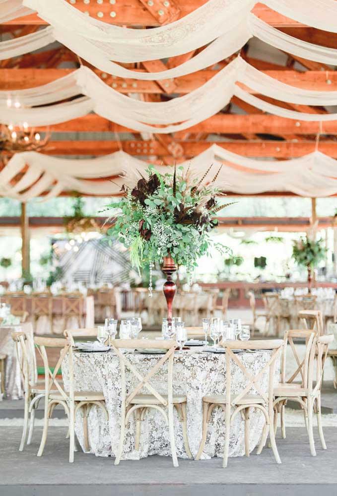 Mas é possível fazer uma festa mais chique com uma decoração rústica usando alguns elementos mais sofisticados.