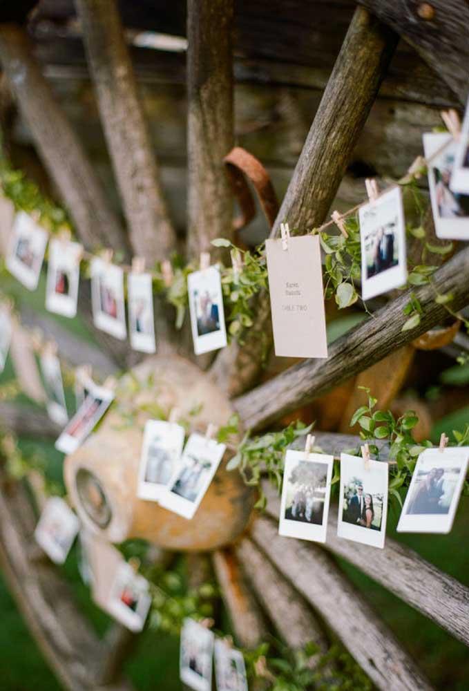 Olha que ideia criativa que é fazer uma varal com as fotos do casal!