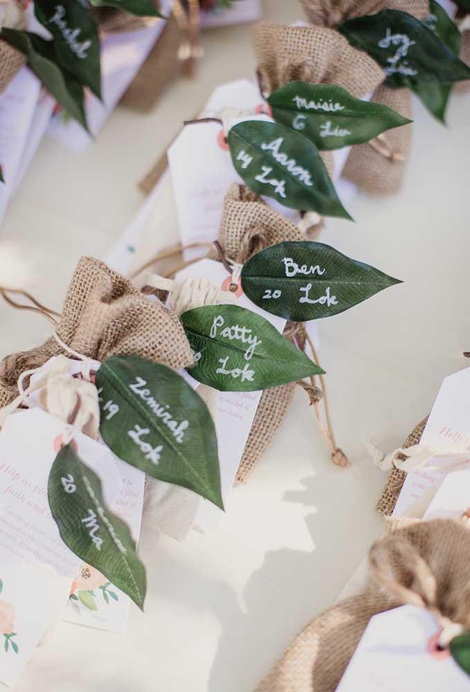 Na hora de preparar a lembrancinha, use sacos rústicos e use uma folha artificial como etiqueta.
