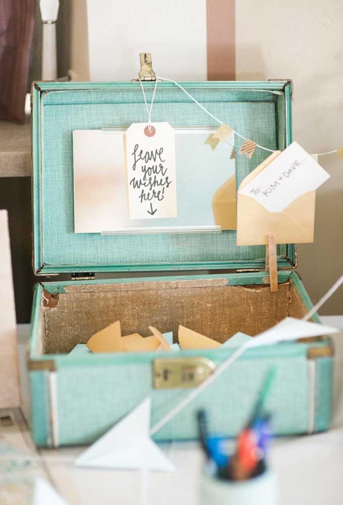 Use uma mala pequena e antiga para os convidados deixarem mensagens para os noivos.