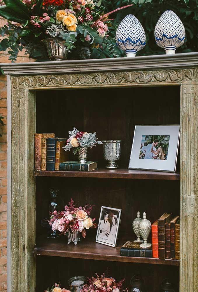 Pegue uma prateleira antiga e decore com alguns itens que representam os noivos.
