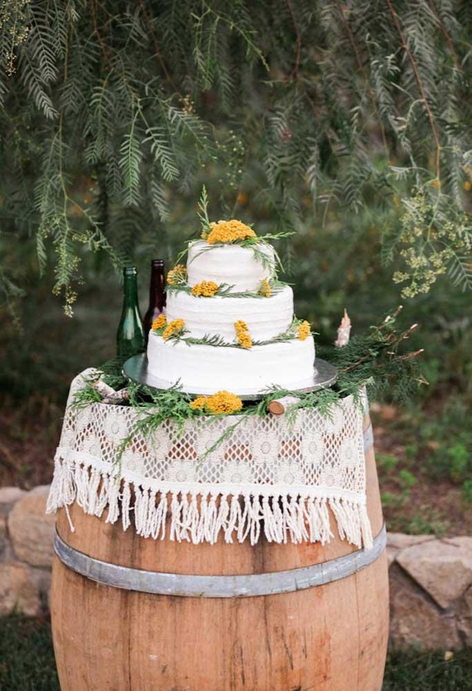 Que tal usar um camburão de madeira como mesa para colocar o bolo de casamento?