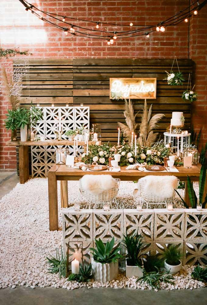 Prepare um painel feito de paletes usados e faça uma combinação com as mesas de madeira.