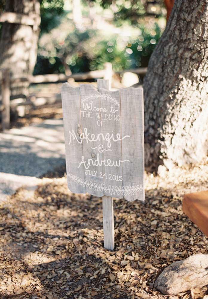 Para parecer uma decoração mais rústica, faça a placa de recepção da festa com madeira.