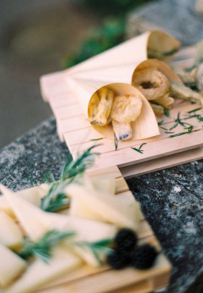 Os petiscos da festa podem ser servidos em cones feitos de papel.