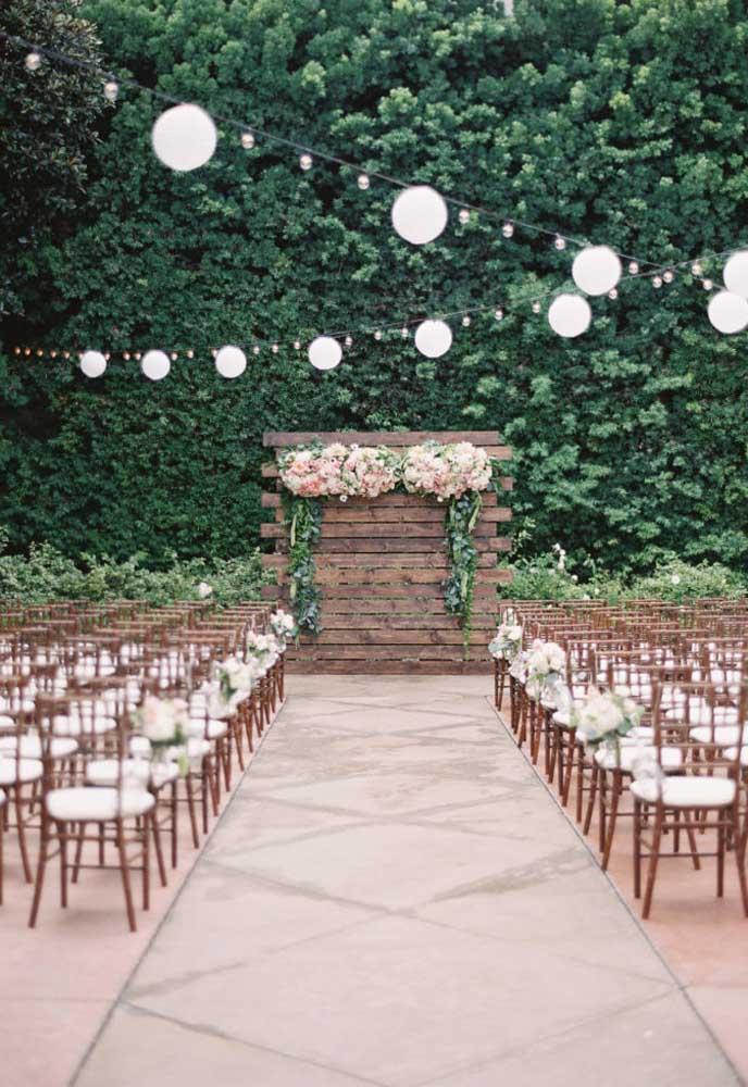 Um casamento ao ar livre com uma parede verde como essa fica realmente incrível!