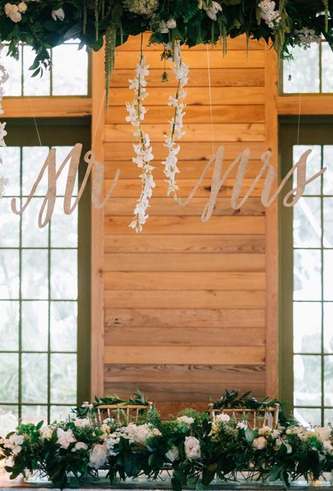 Use e abuse de elementos delicados para decorar um casamento rústico.