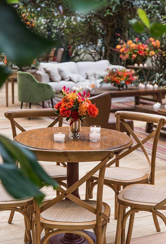 Aposte nos jogos de mesas e cadeiras que são feitos de madeira.