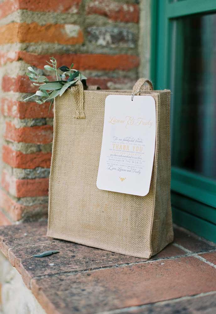 As lembrancinhas do casamento podem ser entregues em sacos artesanais para ter um efeito de uma decoração rústica.