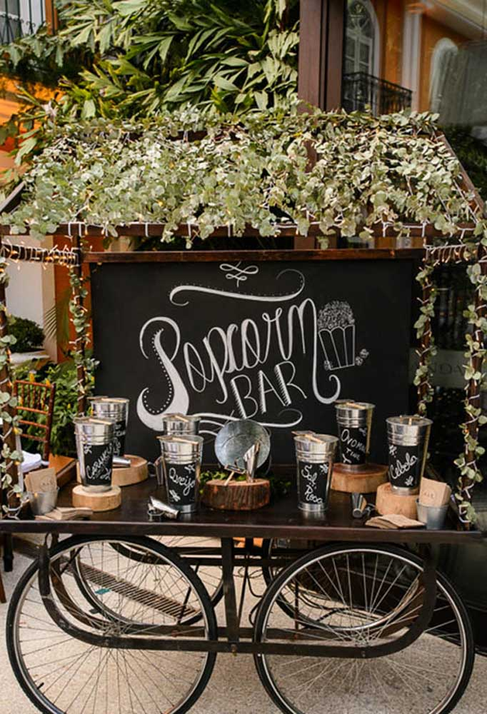 Para deixar o bar da festa com uma decoração mais rústica, prepare tudo em cima de um balcão feito de madeira com rodas de bicicleta.